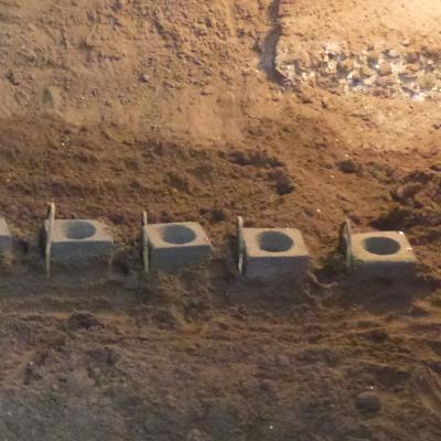 鋳物焼印の型を砂の中に埋める作業