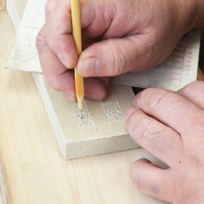 鋳物焼印砂型の彫り作業