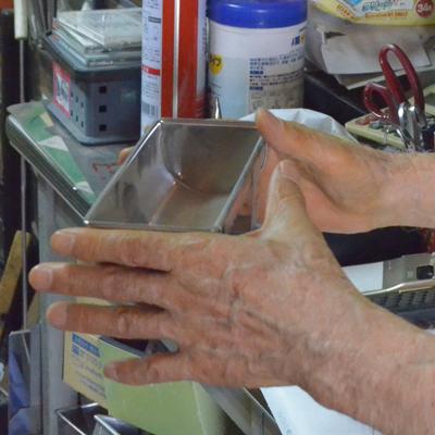 年季の入ったお菓子型職人さんの手