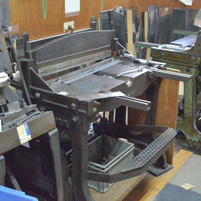 お菓子型用の板を切断するための機器